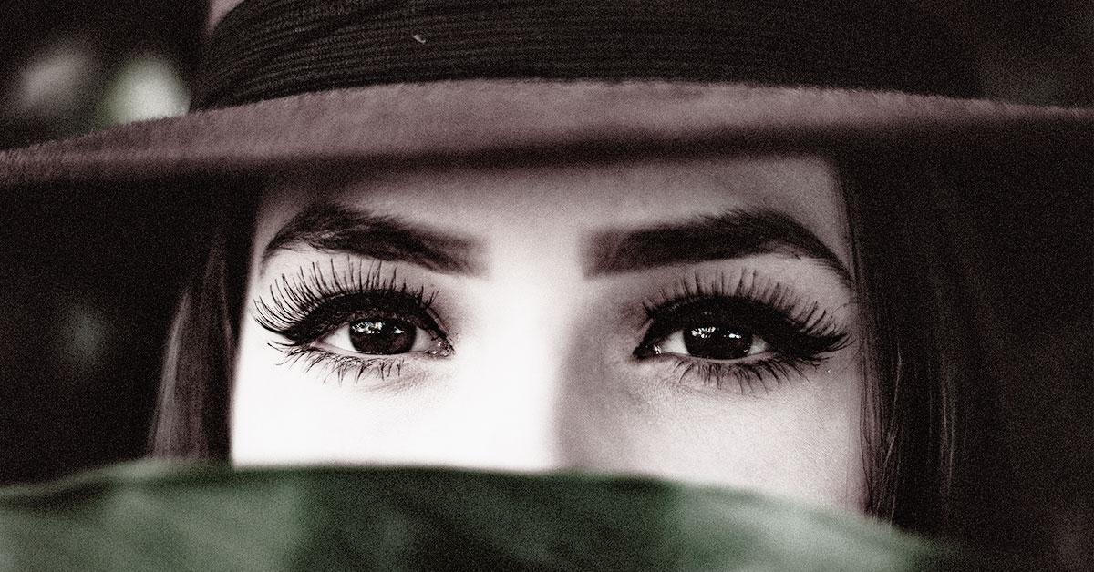girl-with-long-eyelashes