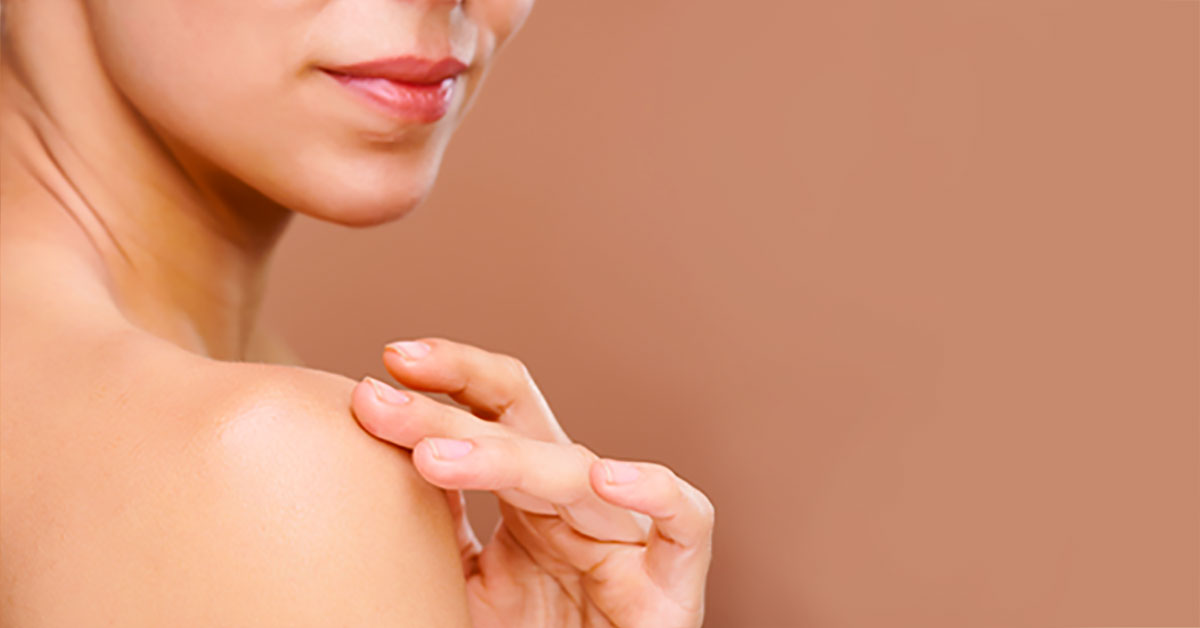 Best Body Lotion Without Chemicals - woman applying body lotion to her shoulder