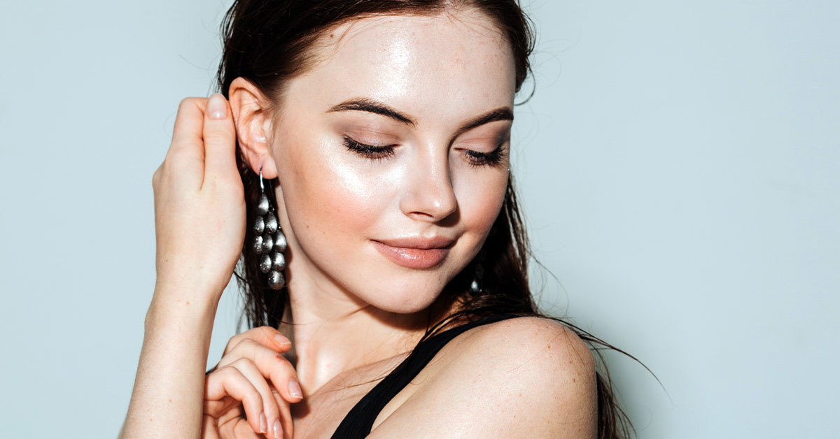 Dewy Glowing Skin With Natural Makeup Products - Girl with Natural Dewy Makeup